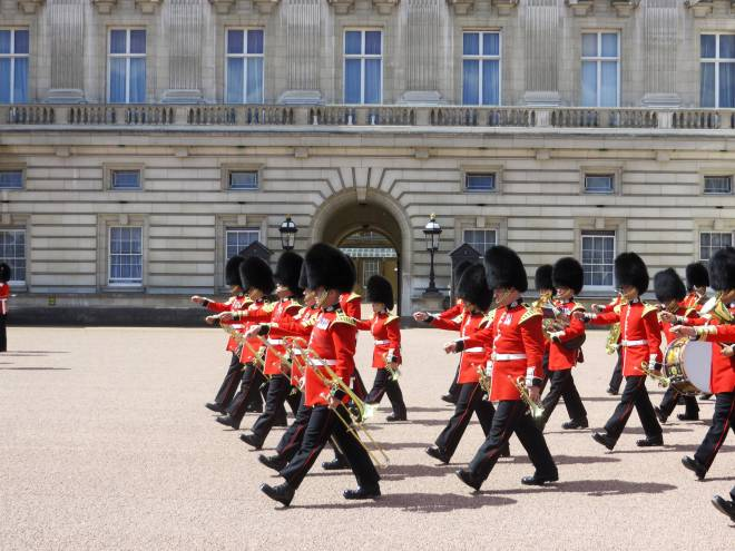 guards in front of the buckingham palace